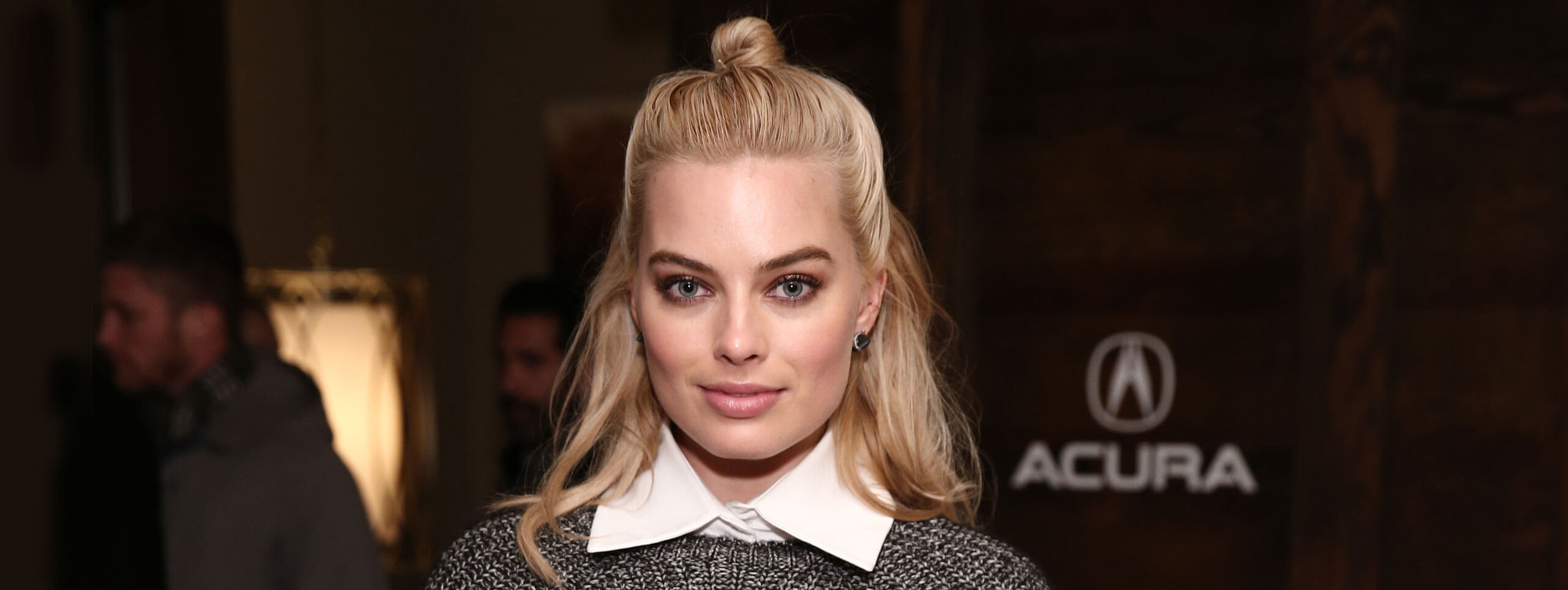 Margot Robbie con acconciatura semi-bun